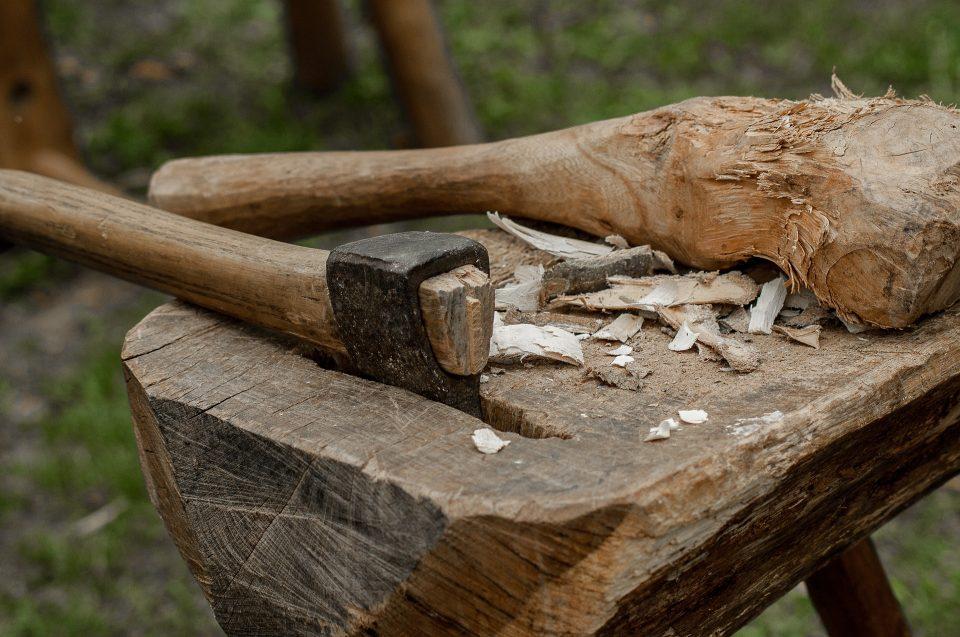 Waffen der Wikinger: Axt auf einem Pflock liegend