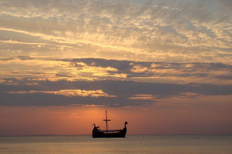 Rezeption und Klischees über die Wikinger: Sonnenuntergang Wikingerschiff auf dem Meer