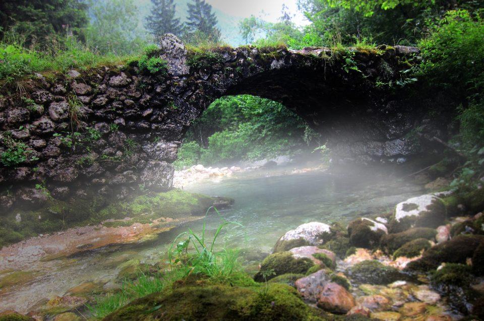 Bauprojekte: Burgen & Brücken: Steinbrücke über einen Fluss - nebelig