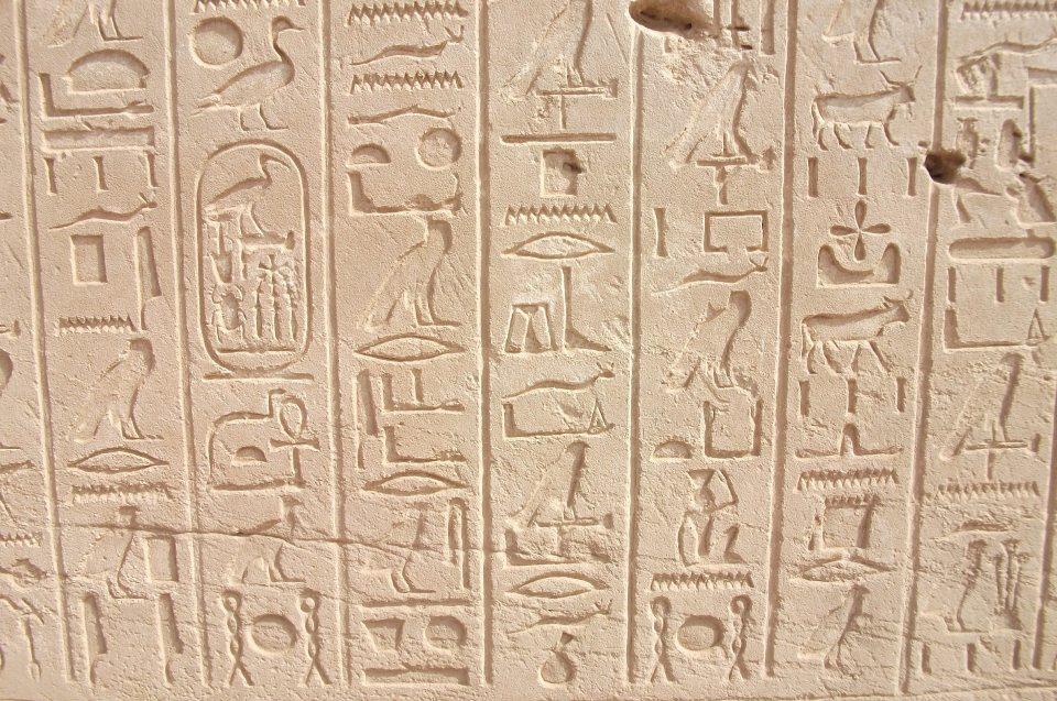 Schrift- und Staatsentstehung im Alten Ägypten: Hieroglyphen in Stein gehauen