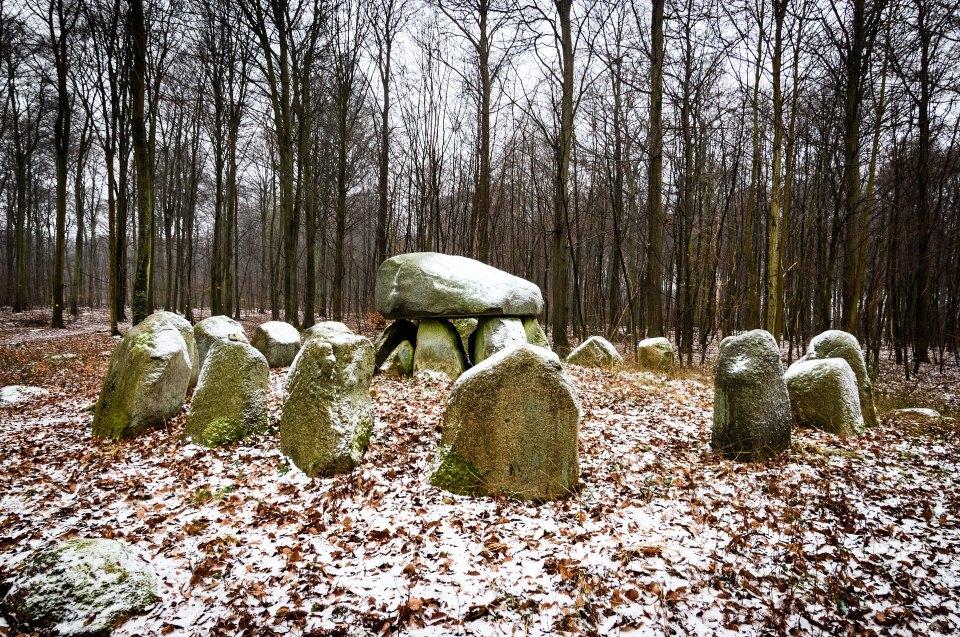 Tod- und Jenseitsvorstellungen der Wikinger: Steingrab im Winter im Wald