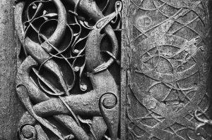 Wikinger Tierornamentik an einem Kirchenportal