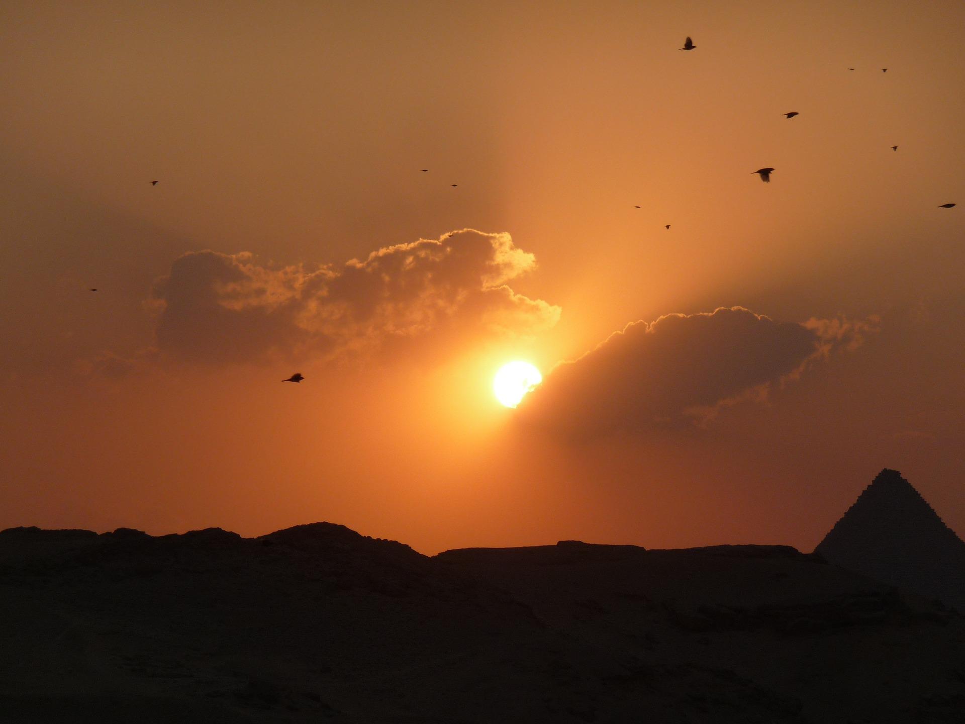 Götter im alten Ägypten: Pyramide im Sonnenuntergang