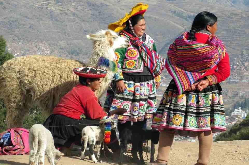 Alltagsgegenstände der Inka: Frauen mit Lama