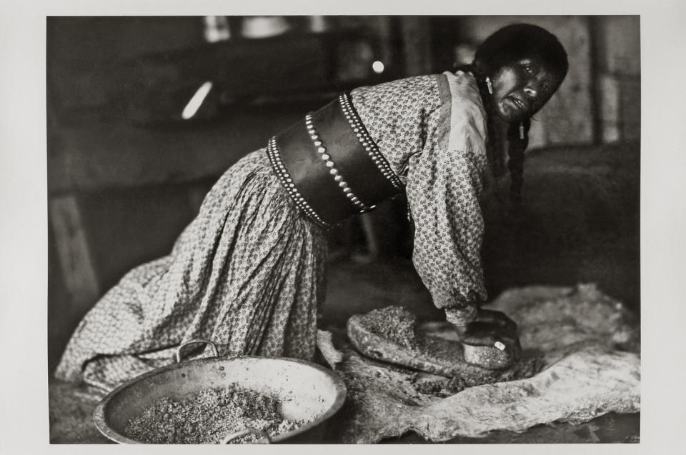 Apachen & Comanchen - Mumma Valdez bei der Zubereitung von tiswin, Jicarilla Apache, New Mexiko © Museum für Völkerkunde Wien Foto: Marguerite Rymes