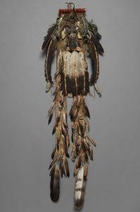 Teton Sioux (wahrscheinlich Hunkpapa) um 1890, Rückentanzschmuck © Museum für Völkerkunde Wien
