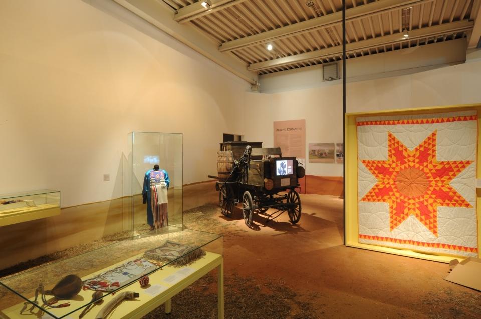 Ausstellungsraum Sioux mit Pferdewagen Indianer Ausstellung - Copyright: Andreas Jacob