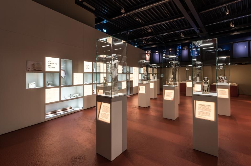 Ausstellungsraum mit Figuren vitrinen Pharao Ausstellung - Copyright: Andreas Jacob