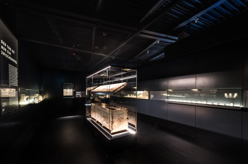 Ausstellungsraum mit kastensarg Pharao Ausstellung - Copyright: Andreas Jacob