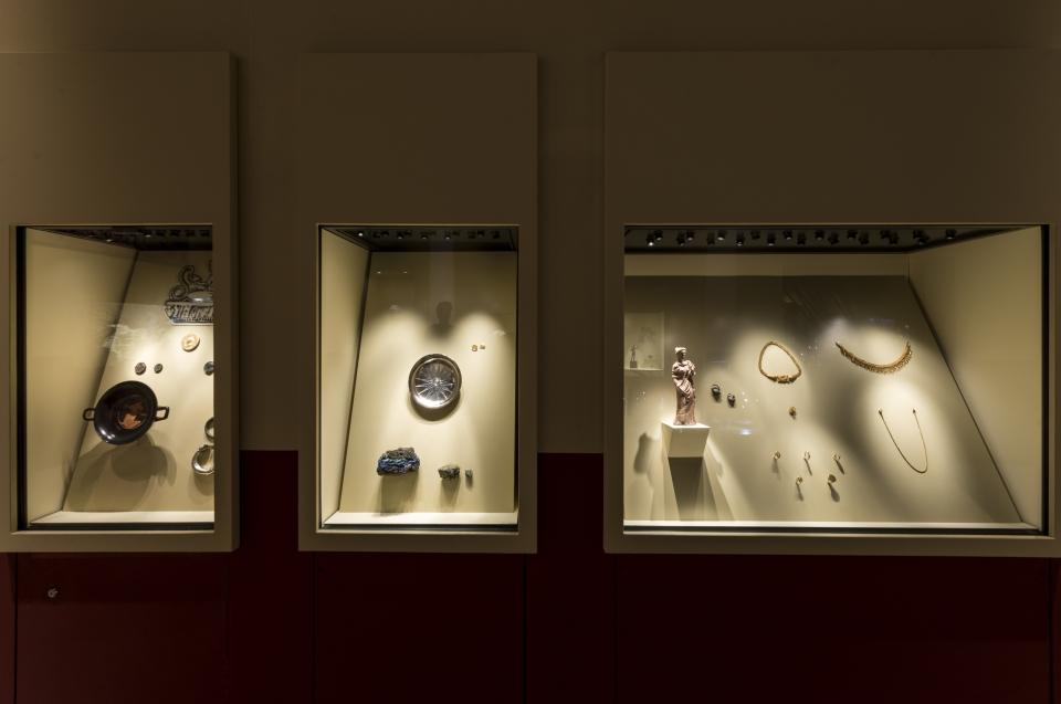 Schmuck und Teller Alexander Ausstellung - Copyright: Andreas Jacob