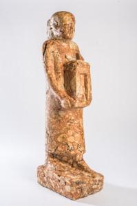 Standfigur eines Priesters, Breccie, Spätzeit © King´s Museum, University of Aberdeen, ABDUA: 21462, Foto: Andreas Jacob