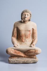Statue des hockenden Ptha-schepses als Lesender, Kalkstein, Altes Reich © Roemer- und Pelizaeus-Museum Hildesheim, PM 2141, Foto: Andreas Jacob