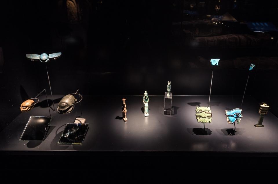 Vitirine mit Skarabäen und Horusauge Pharao Ausstellung - Copyright: Andreas Jacob