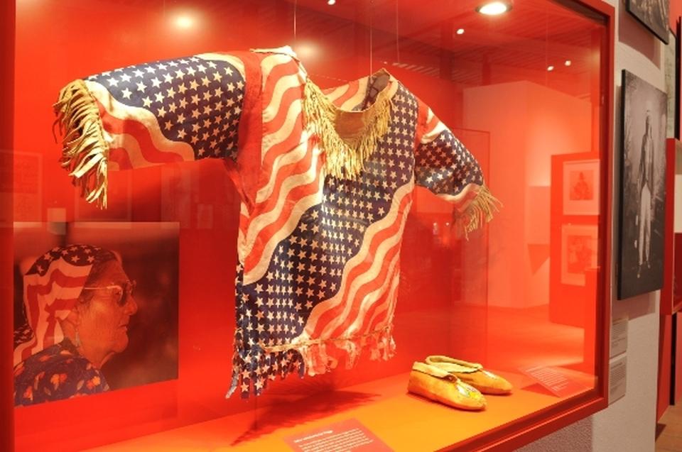 Vitrine mit Hemd USA Flagge Indianer Ausstellung - Copyright: Andreas Jacob