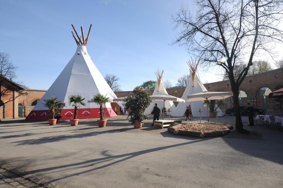 Vorplatz Lokschuppen mit Tippis Indianer Ausstellung - Copyright: Andreas Jacob